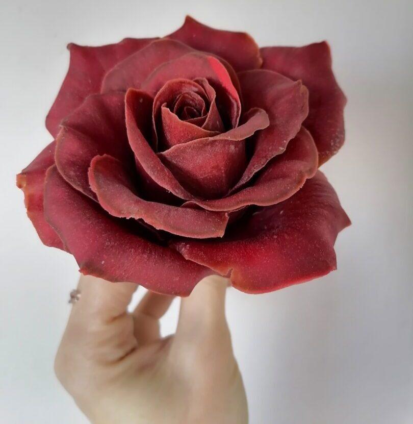 Роза из темного шоколада